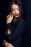 Mujer magnífica con el pelo oscuro y maquillaje brillante con la joya lujosa Fotografía de archivo libre de regalías
