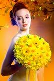 Mujer magnífica con el ramo de flores Fotos de archivo