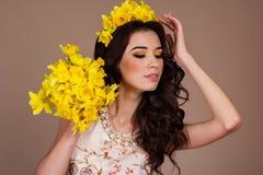 Mujer magnífica con el ramo de flores amarillas Foto de archivo