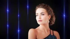 Mujer magnífica con los pendientes del diamante metrajes