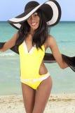 Mujer magnífica en la playa foto de archivo