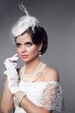 Mujer magnífica hermosa con el peinado ondulado elegante, mak brillante Foto de archivo
