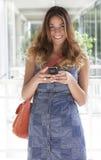 Mujer magnífica joven con el teléfono Fotos de archivo