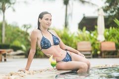 Mujer magnífica que descansa y que goza de un cockta fresco Fotos de archivo