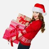 Mujer magnífica que lleva a cabo las cargas de presentes pesados Imagen de archivo libre de regalías