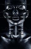 Mujer majestuosa caliente en pintura negra que fluye Imagenes de archivo
