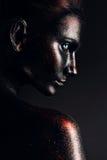 Mujer majestuosa en pintura negra imagen de archivo libre de regalías