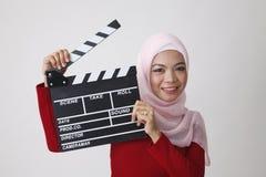 Mujer malaya que lleva a cabo el tablero de chapaleta Fotografía de archivo