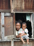 Mujer malgache con su bebé fotografía de archivo libre de regalías