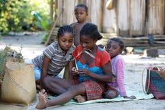 Mujer malgache del canto del pueblo y del baile tradicionales Fotografía de archivo libre de regalías