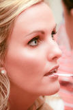 Mujer: Maquillaje que es aplicado Imagenes de archivo