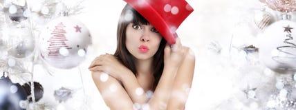 Mujer maravillosa sorprendida en fondo de la Navidad con las bolas fotos de archivo libres de regalías