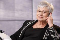 Mujer mayor activa en el teléfono Foto de archivo libre de regalías