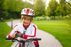 Mujer mayor activa feliz en la bici Imágenes de archivo libres de regalías