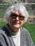 Mujer mayor afuera Imagenes de archivo