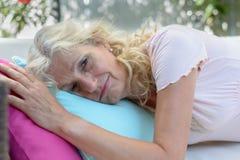 Mujer mayor agotada o mal que toma un resto imagenes de archivo