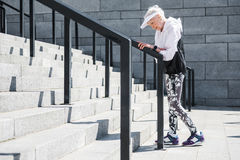Mujer mayor agotada que tiene tiempo para descansar antes de aumentar arriba Fotos de archivo