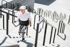 Mujer mayor alegre que practica ejercicios cardiios al aire libre Foto de archivo libre de regalías