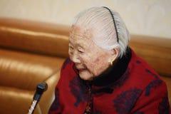 Mujer mayor asiática sola y triste del chino 90s Imagen de archivo