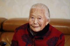 Mujer mayor asiática sola y triste del chino 90s Fotografía de archivo libre de regalías