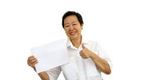 Mujer mayor asiática feliz que lleva a cabo la muestra en blanco blanca en el CCB del aislante Fotografía de archivo