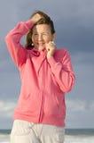 Mujer mayor atractiva del retrato en la playa imagenes de archivo