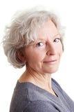 Mujer mayor cómoda con gris fotos de archivo libres de regalías