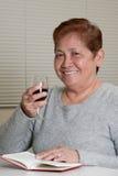 Mujer mayor cómoda sonriente Foto de archivo