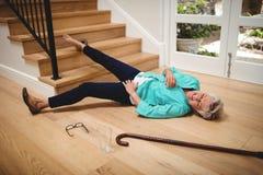 Mujer mayor caida abajo de las escaleras Fotos de archivo libres de regalías
