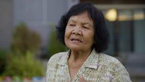 Mujer mayor cansada y que tiene problema del corazón metrajes