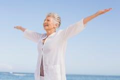Mujer mayor casual con los brazos extendidos imagenes de archivo