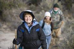 Mujer mayor con caminar de la familia fotos de archivo