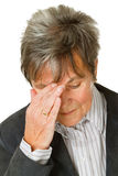 Mujer mayor con dolor de cabeza imagen de archivo