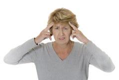 Mujer mayor con dolor de cabeza Foto de archivo libre de regalías