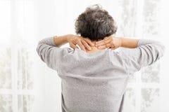 Mujer mayor con dolor de cuello Foto de archivo libre de regalías