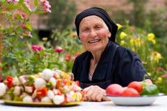 Mujer mayor con el alimento fresco Foto de archivo libre de regalías