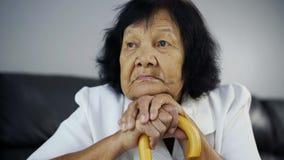 mujer mayor con el bastón de madera almacen de video