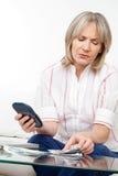 Mujer mayor con el dinero Imagenes de archivo