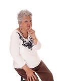 Mujer mayor con el finger sobre boca Fotografía de archivo libre de regalías
