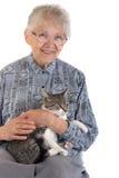 Mujer mayor con el gato Fotos de archivo