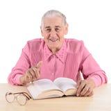 Mujer mayor con el libro Fotografía de archivo libre de regalías