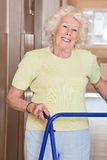 Mujer mayor con el marco de Zimmer Imágenes de archivo libres de regalías