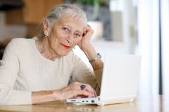 Mujer mayor con el ordenador Imágenes de archivo libres de regalías