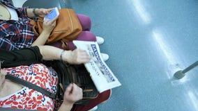 Mujer mayor con el periódico de Vanguardia del La almacen de video