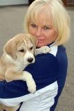 Mujer mayor con el perrito Foto de archivo libre de regalías
