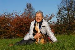 Mujer mayor con el perro Imagen de archivo libre de regalías