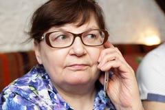 Mujer mayor con el teléfono Imagenes de archivo