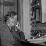 Mujer mayor con el teléfono en fotografía del análogo del estilo Imagen de archivo libre de regalías