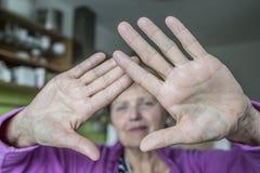 Mujer mayor con gesto de la parada imagenes de archivo