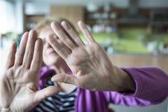 Mujer mayor con gesto de la parada foto de archivo libre de regalías
